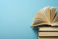 Otwiera książkę na stercie książki na drewnianym stole Edukaci tło tylna szkoły Bezpłatnej kopii przestrzeń Fotografia Stock