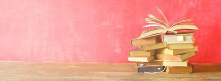 Otwiera książkę na stosie stare książki, panorama Zdjęcia Stock
