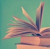 Otwiera książkę, sterta książki odizolowywać na błękitnym tle kopia obraz royalty free