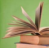 Otwiera książkę, sterta książki odizolowywać na błękitnym tle kopia fotografia stock