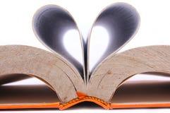 Otwiera książkę tworzy kształt miłość fotografia royalty free