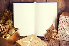 Otwiera książkę z boże narodzenie dekoracją fotografia stock