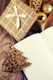 Otwiera książkę z boże narodzenie dekoracją zdjęcie royalty free