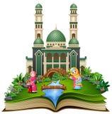 Otwiera książkę z grupą szczęśliwa muzułmańska kobieta i jej dzieci przed meczetem royalty ilustracja
