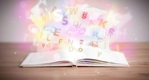 Otwiera książkę z jarzyć się listy na betonowym tle Obraz Royalty Free