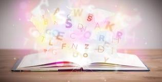 Otwiera książkę z jarzyć się listy na betonowym tle Fotografia Stock