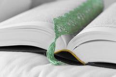 Otwiera książkę z zielonym bookmark zdjęcia royalty free