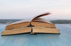 Otwiera książki na drewnianym błękita stole Zdjęcie Royalty Free