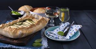 Otwiera kulebiaka z asparagusem i serem Jarski gość restauracji zdrowa żywność wypiekowy domowej roboty Ciemna fotografia zdjęcia stock