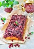 Otwiera kulebiaka z cranberries na stole Zdjęcia Royalty Free
