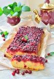 Otwiera kulebiaka z cranberries na stole Obrazy Royalty Free