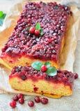 Otwiera kulebiaka z cranberries na stole Zdjęcia Stock