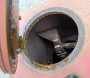 Otwiera lągu otwarcia klapę wodna rozładowanie drymba zdjęcia stock