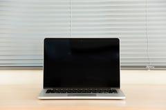 Otwiera laptop i storę Fotografia Stock