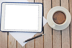 Otwiera laptop na drewnianym biurku Fotografia Royalty Free