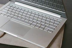Otwiera laptop na stole bliżej także barwy inna klawiatura do komputera w wersji Zdjęcia Royalty Free