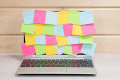 Otwiera laptop z pustymi kleistymi notatkami Fotografia Royalty Free