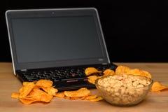 Otwiera laptop z układami scalonymi rozpraszającymi na klawiaturze na czarnym b Obrazy Royalty Free