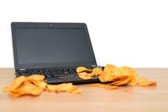Otwiera laptop z układami scalonymi rozpraszającymi na klawiaturze odizolowywającej na białym b Zdjęcie Stock
