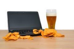 Otwiera laptop z układami scalonymi rozpraszającymi na klawiaturze odizolowywającej na białym b Fotografia Stock