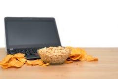Otwiera laptop z układami scalonymi rozpraszającymi na klawiaturze odizolowywającej na białym b Obraz Stock