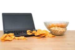 Otwiera laptop z układami scalonymi rozpraszającymi na klawiaturze odizolowywającej na białym b Zdjęcie Royalty Free