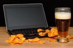 Otwiera laptop z układami scalonymi rozpraszającymi na klawiaturze odizolowywającej na czarnym b Obraz Stock