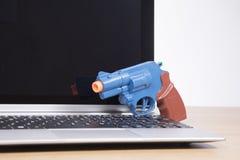 Otwiera laptop z zabawkarską krócicą zdjęcie stock