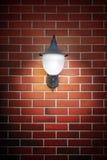 Otwiera lekką lampę na ściana z cegieł fotografia royalty free