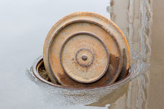 Otwiera manhole pokrywę kanał ściekowy Zdjęcie Royalty Free