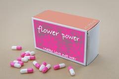 Otwiera medycynę paczka przylepiający etykietkę Flower power Fotografia Royalty Free