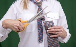 Otwiera nożyce ciących przez krawata obraz stock