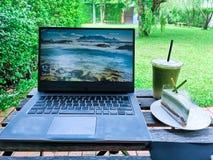 Otwiera notatnika i pracuje z przy kawą zieloną herbatą i cukierkami obrazy royalty free