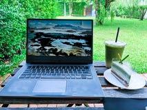 Otwiera notatnika i pracuje z przy kawą zieloną herbatą i cukierkami fotografia royalty free