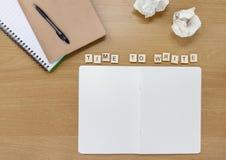 Otwiera notatnika na artysty biurku z płytkami literuje za lub pisarzie, «czasie Pisać « obrazy royalty free