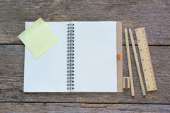 Otwiera notatnika na drewnianym tle z ołówkami i władcą Zdjęcia Stock