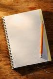 Otwiera notatnika na ołówku i stole Zdjęcie Royalty Free