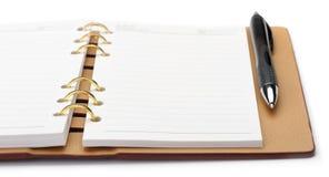 Otwiera notatnika z miedzianą oprawą i eleganckim piórem Fotografia Stock