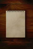 Otwiera Notepad na Ciemnym drewnie Fotografia Royalty Free