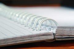 Otwiera notepad z oprawiającą oprawą fotografia stock