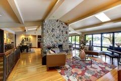 Otwiera nowożytnego luksusu domu wewnętrznego żywego pokój i kuchnię. Fotografia Stock