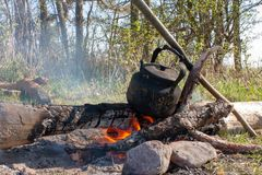 Otwiera ogień wycieczkować czajnika obraz royalty free
