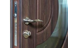 Otwiera opancerzonego drzwi Drzwiowy kędziorek, Ciemnego brązu drzwi zbliżenie Nowożytny wewnętrzny projekt, drzwiowa rękojeść po obraz stock