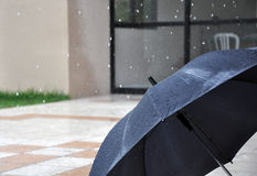 otwiera podeszczowego parasol Zdjęcia Royalty Free