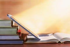 Otwiera podręcznika i notepad na stole Obrazy Stock