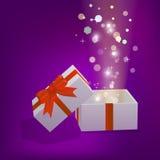 Otwiera prezenta pudełko z jaskrawymi promieniami światło Ilustracji