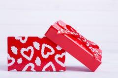 Otwiera prezenta pudełko z sercami fotografia stock