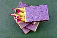 Otwiera pudełka z dopasowaniami na stole Fotografia Stock