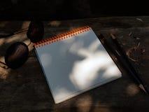 Otwiera pustego notepad z pustymi białymi stronami z ołówkiem kłaść na drewnianym stole zdjęcia stock