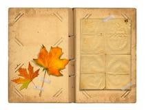 Otwiera rocznika photoalbum dla fotografii z jesieni ulistnieniem Zdjęcia Royalty Free